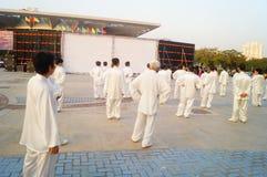 Taijiquan d'esecuzione collettivo anziano pensionato cinese Fotografie Stock