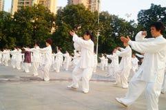 Taijiquan de ejecución colectivo mayor jubilado chino Fotos de archivo