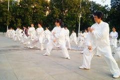 Taijiquan de ejecución colectivo mayor jubilado chino Imágenes de archivo libres de regalías