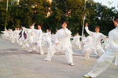 Taijiquan de ejecución colectivo mayor jubilado chino Imagen de archivo libre de regalías