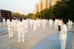 Taijiquan de ejecución colectivo mayor jubilado chino Foto de archivo libre de regalías