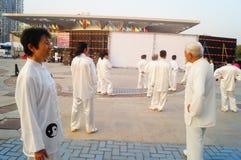 Taijiquan de ejecución colectivo mayor jubilado chino Imagenes de archivo