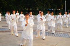 Taijiquan de exécution collectif plus âgé retiré par Chinois photos libres de droits