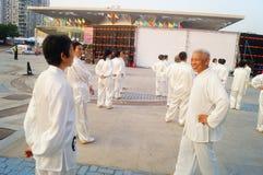 Taijiquan de execução coletivo idoso aposentado chinês Foto de Stock