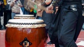 Taiko игры барабанщиков музыкантов барабанит chu-daiko outdoors Вырастите в питательной среде фольклорную музыку Азии Кореи, Япон сток-видео