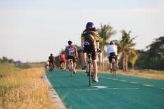 TAILÂNDIA, BANGUECOQUE 24 DE MAIO: unidentifies a bicicleta de montada da estrada dos povos Imagens de Stock