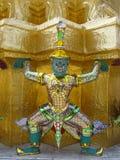 Tailândia Banguecoque - Effergy que sustenta o canto dourado Imagem de Stock Royalty Free