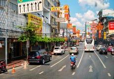 Tailândia, Banguecoque, rua do bairro chinês, sinais, carros, estrada, tráfego Foto de Stock