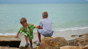 tailândia Crianças que jogam na praia nas rochas filme