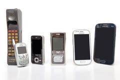 TAILÂNDIA - 25 DE JANEIRO DE 2016: Telefone celular velho e novo do projeto no fundo branco Fotos de Stock Royalty Free