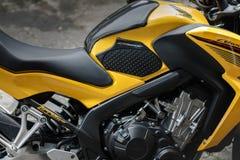 Tailândia - 15 de julho de 2018: Bicicleta amarela e preta Honda CB690F do motor imagem de stock royalty free