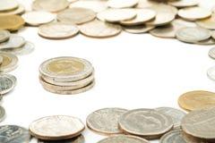 Tailândia dez moedas do baht empilhadas foi cercada pela moeda do baht tailandês Fotos de Stock Royalty Free
