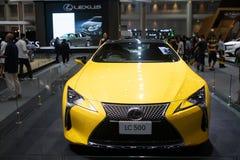 Tailândia - em dezembro de 2018: vista honesto próxima do carro de esportes amarelo da cor de Lexus LC 500 apresentado na expo No foto de stock