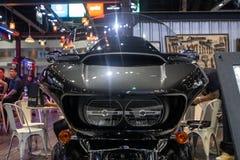 Tailândia - em dezembro de 2018: a vista honesto próxima do deslize da estrada de Harley Davidson FLTRU ultra 2019 motocicletas m foto de stock royalty free