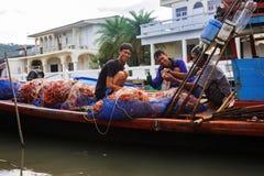 Tailândia, Khlong Yai, segunda-feira - 9 de janeiro de 2017: os pescadores verificam as redes, captura do caranguejo imagens de stock royalty free