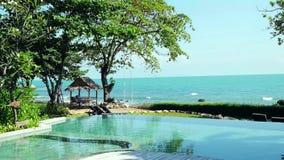 Tailândia, Koh Samui 3 de dezembro de 2015 Pares de descanso na piscina na opinião do beira-mar em férias 3840x2160 vídeos de arquivo