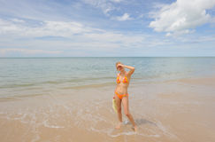 Tailândia. Mar de Andaman. Menina de sorriso bonita Fotografia de Stock Royalty Free