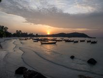 Tailândia - por do sol na baía da praia fotografia de stock royalty free