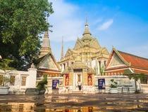 Tailândia, Wat Pho 2015-April-26: suporte da mulher sobre o templo público Imagens de Stock Royalty Free