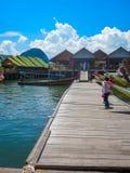 TAILÂNDIA, BAÍA DE PHANG NGA - 16 DE MARÇO DE 2012: Vila do pescador construída em pernas de pau fotografia de stock