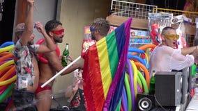 TAILÂNDIA - 13 DE ABRIL DE 2018: Parada de LGBT no ano novo tailandês do festival de Songkran filme