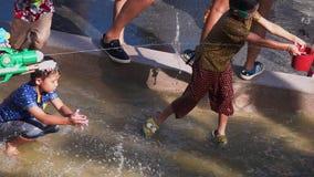TAILÂNDIA - 13 DE ABRIL DE 2018: Povos que espirram a água no ano novo tailandês do festival de Songkran filme