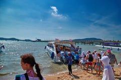 TAILÂNDIA PHUKET 19 de março de 2018 - os turistas sentam-se no barco da velocidade de mar imagens de stock royalty free