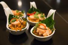 Tailandés de los aperitivos servido en el cóctel blanco de la comida de la taza Imagen de archivo