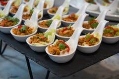 Tailandés de los aperitivos servido en el cóctel blanco de la comida de la taza Imágenes de archivo libres de regalías