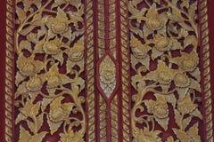 Tailandés talle en estilo de la puerta del tablero de madera, en el templo en el Norther Imagen de archivo libre de regalías
