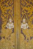 Tailandés talle en estilo de la puerta del tablero de madera, en el templo en el Norther Imágenes de archivo libres de regalías