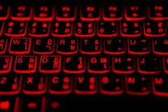Tailandés - teclado del ordenador portátil de la lengua inglesa con la luz roja que brilla intensamente imágenes de archivo libres de regalías