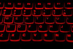 Tailandés - teclado del ordenador portátil de la lengua inglesa con la luz roja que brilla intensamente f imagen de archivo