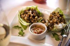 Tailandês agitar-frite com molho picante do amendoim imagens de stock