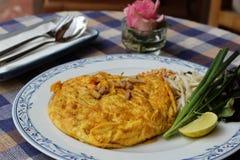 Tailandês da almofada da omeleta imagem de stock royalty free