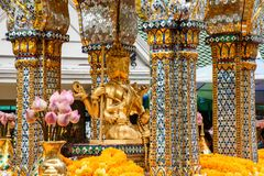 Tailand, Bankok - 7. April 2018: Thailand Bankok San Phra Phrom, Erawan-Glanz, 4 Gesichter Buddha, 4 stellte Buddha gegenüber und stockbilder