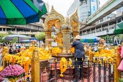 Tailand, Bankok - 7 de abril de 2018: Tailândia Bankok San Phra Phrom, brilho de Erawan, 4 caras buddha, 4 enfrentou buddha, reza Imagem de Stock