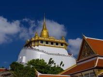 TAILANDIA, BANGKOK - 14 DE ABRIL DE 2018: La colina artificial dentro de Wat Saket en Bangkok, Tailandia, los visitantes sube las foto de archivo