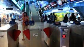 Tailandia, Bangkok, el 1 de agosto de 2014 Precipitación de la gente almacen de metraje de vídeo