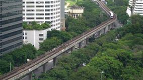 Tailandia, Bangkok, el 26 de agosto de 2017 Paisaje urbano con el skytrain del BTS en el parque de Lumphini El sistema de transpo metrajes