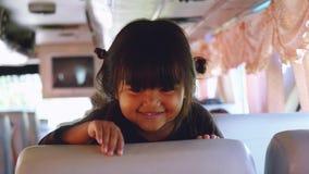 Tailandia, Bangkok, el 22 de diciembre de 2015 Niño que toma el pelo a una muchacha en el autobús escolar Juegos asiáticos felice almacen de video