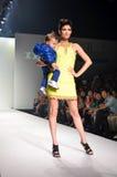 TAILANDIA, BANGKOK OCTUBRE DE 2013: Un modelo camina la pista en el IK Imágenes de archivo libres de regalías