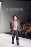 TAILANDIA, BANGKOK OCTUBRE DE 2013: Un modelo camina la pista en el IK Foto de archivo libre de regalías