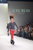 TAILANDIA, BANGKOK OCTUBRE DE 2013: Un modelo camina la pista en el IK Fotografía de archivo libre de regalías