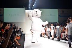 TAILANDIA, BANGKOK OCTUBRE DE 2013: Un modelo camina la pista en el LE Imagen de archivo libre de regalías