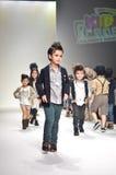 TAILANDIA, BANGKOK OCTUBRE DE 2013: Un modelo camina la pista en el LE Foto de archivo