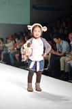TAILANDIA, BANGKOK OCTUBRE DE 2013: Un modelo camina la pista en el LE Fotografía de archivo