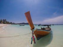 Tailandia - barco en la playa fotos de archivo