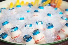 TAILANDIA 20 DE ABRIL DE 2017: Foto de la bebida del yakult en el hielo para buen h Imagen de archivo libre de regalías