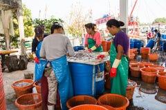Tailandia - 21 de enero: mercado de pescados en el pueblo pesquero, Nakhon Si Foto de archivo